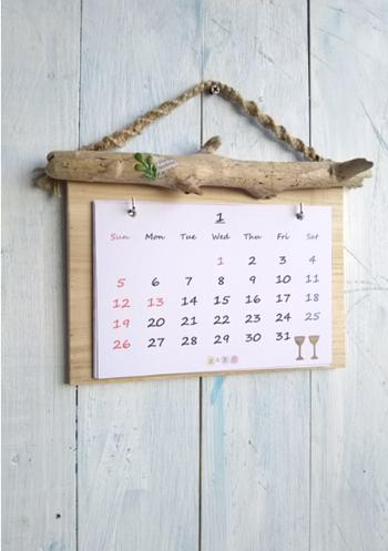 ナチュラルな風合いの壁には、このように木製の壁掛けカレンダー専用ボードを取り付けても、インテリア性が高まって素敵です。