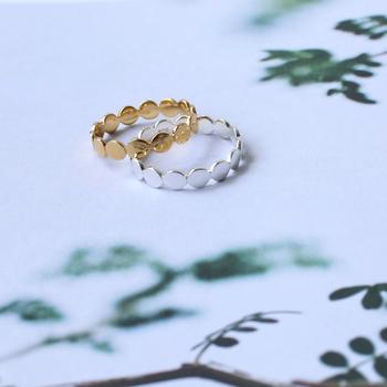 丸をつないだようなデザインのリング。シンプルなのでさりげなく手元を美しく彩ってくれます。また、お持ちの他のリングと重ね付けをしてもGOOD。