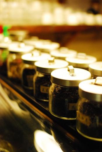 中国茶には、緑茶の一種の龍井茶(ロンジンチャ)、発酵度が低い白茶の一種・寿眉茶(ソウメイチャ)、半発酵の烏龍茶の代表格・鉄観音茶、熟成した香りの黒茶の一種である普洱茶(プーアールチャ)など、数多くの種類の茶葉があります。発酵度合いによっても、特徴はさまざま。香りや味の違いが楽しめます。
