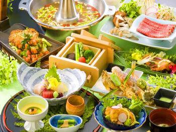 茨城のブランド肉や新鮮野菜など安心の地元の食材を使用したお食事も人気。和食文化ならではの季節の移ろいを見事に表現した、華やかな創作料理が並びます。