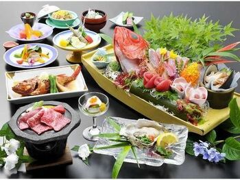 お食事は、地元港から水揚げされた魚介やA5ランクの常陸牛、山菜など北茨城ならではの魅力を詰め込んだ地元愛溢れる料理。地元食材を生かすため、北茨城の昔ながらの調理法で作り上げているそう。ここでしか味わえない豪華で美しい盛り付けの食事を楽しめます。