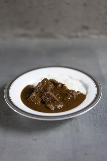 看板メニューの「欧風ビーフカレー」は、2日間煮込んだタマネギとビーフの旨味がしっかりと凝縮されています。その他、「チキンカレー」「野菜カレー」「A4国産和牛ステーキカレー」などがあり、専門店ならではの本格的な味を楽しむことができます。