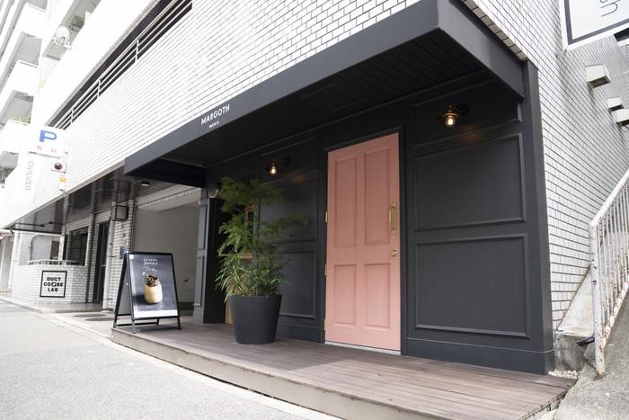 続いては欧風カレーとプリンの専門店「MARGOTH(マルゴ)」。代官山駅から徒歩5分ほどの場所にあります。一見カレー屋さんとは思えないオシャレな外観。ピンクの扉が目印です。