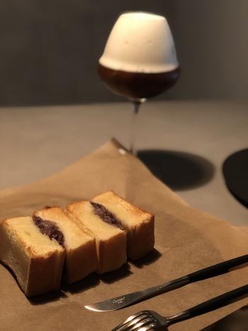 フードメニューは小倉トーストやプリンが人気で、インスタグラムでも話題になっています。静かな環境で、コーヒーと一緒に甘いものでホッと一息…。なんとも贅沢なひと時です。