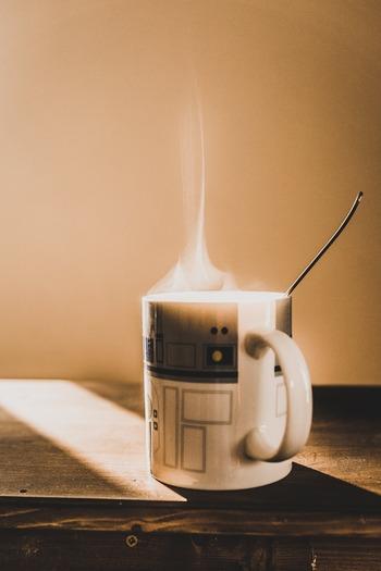 レンジなら機種やワットなどで異なりますが、1~2分ほどチンするか牛乳モードを使いましょう。1分でぬるめ、2分で熱々に温まります。途中で取り出してかき混ぜると、温めすぎても表面に膜ができにくくなりますよ。