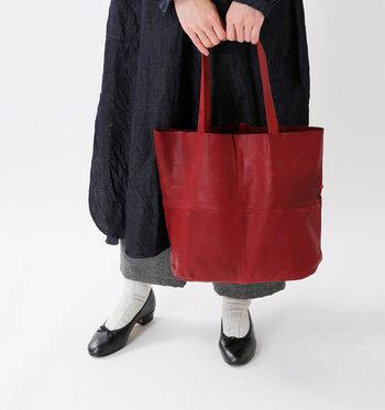 黒やグレーなど落ち着きカラーが増える秋冬コーデは、なんだかマンネリしがちと感じる方は多いですよね。  そんな時におすすめなのが、赤小物を差し色として取り入れる方法です。さりげなく赤をプラスして、いつもの着こなしをグッとおしゃれに格上げしてみてください。