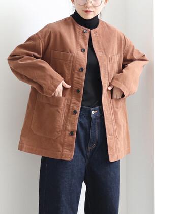 全体的にダークトーンになりがちな秋冬コーデ。インナーもアウターも暗めの茶色にしてしまうと、ちょっぴりどんよりしてしまいますね。  画像のように、面積の大きい部分のブラウンカラーの明度を上げることで華やかさもアップします。高品質な綿花のみを使用した「yuni(ユニ)」のコーデュロイジャケットは、柔らかな色合いも魅力。顔色も優しく見えそうですね。