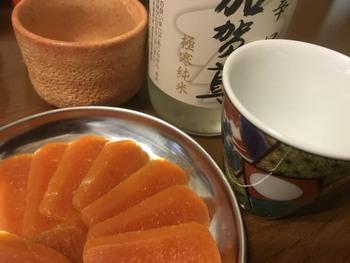 【杉野屋与作】の「からせんじゅ」は、見た目も風味もからすみによく似た珍味。でも、実は鱈の卵を使った商品で、お値段も味も評価の高い人気のお土産なんです。