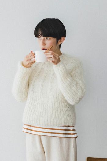 パターン図と毛糸がセットになったキットなら、お店でどの毛糸にしようかと迷ってしまうこともなく、すぐに作り始めることができますね。  こちらのセーターは、ネックから編み始めるので裾の長さをお好みの長さに調整できます。ふわふわモヘヤで軽やかな仕上がりです。