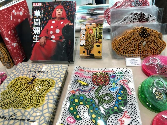 美術館オリジナルのグッズや、人気アーティストの作品をモチーフにしたグッズなど、アイテムの種類はとにかく多彩です。期間限定のフェアでしか買えない物も多いので、運命的な出会いがあるかも。