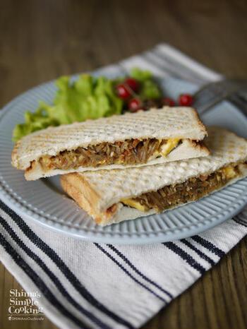 お惣菜の代表格、きんぴらごぼうに海苔とチーズを合わせたホットサンド。食物繊維も豊富で、栄養もたっぷり。充実の朝食になりますね。