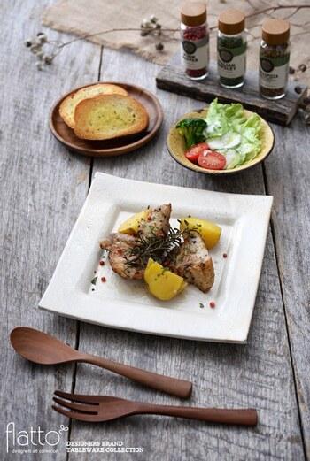 一辺約21㎝の正角皿は、肉料理や魚料理などメインのおかずを盛るのにちょうどいい大きさです。こんがりと香ばしく焼いたローストポークも、こんなふうに信楽焼の素敵な正角皿に盛りつければ、一段と美味しく感じられそうですね。
