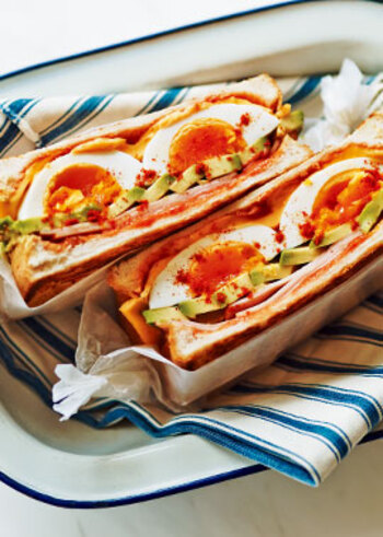 ハムやアボカド、ゆで卵、チーズなど具材たっぷりのごちそうホットサンド。おいしさが幾重にも重なった贅沢な味わいです。