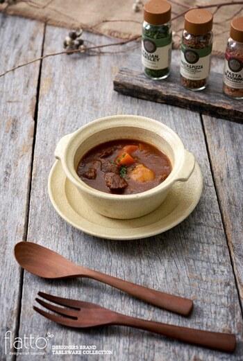 内径約11.5㎝の耳付グラタン皿は、グラタンやドリアはもちろんのこと、こちらの写真のようにビーフシチューの器にもおすすめですよ。グラタン皿はおしゃれなソーサーもセットになっており、受け皿として使用できるのも嬉しいポイントです。グラタン・ドリア・シチューなど、冬の様々な料理に活躍する素敵なグラタン皿は、これからの季節ますます出番が多くなりそうです。