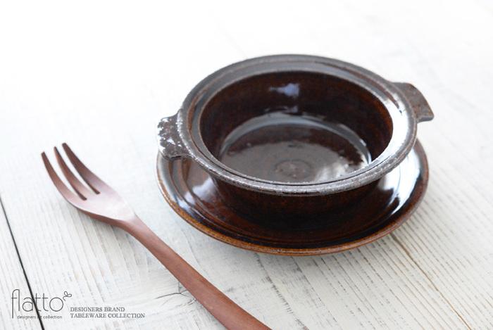 寒い冬はアツアツのグラタンが美味しい季節。両サイドにちょこんと耳が付いたおしゃれなグラタン皿は、そんなこれからの時季におすすめの逸品です。丸くぽってりとした可愛らしいデザインと、土のぬくもりを感じる素朴な風合いが食卓を温かい雰囲気に演出してくれます。