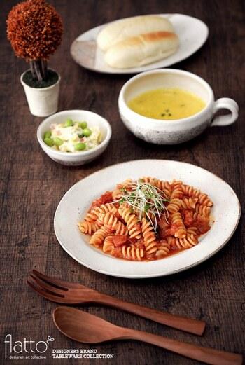 モダンな雰囲気のオーバルプレートは、肉料理やパスタ料理などおしゃれな洋食メニューにもぜひおすすめです。こんなふうにアラビアータを盛り付ければ、粉引の白地にトマトソースの赤が映えてよりいっそう豪華な雰囲気に。どんな料理も美味しそうに引き立てて、食卓を華やかな雰囲気に演出してくれます。