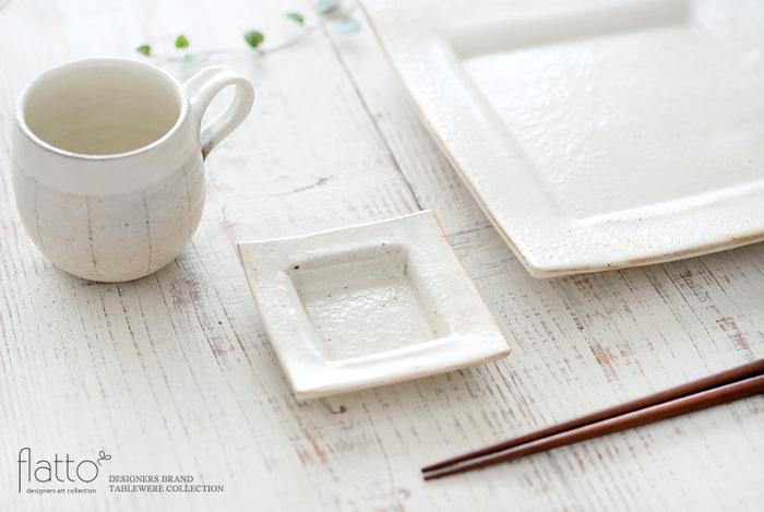 手仕事の温もりを感じる素朴な風合いと、陶器ならではの優しい手触りが特徴の「信楽焼」。 良質な陶土で作られる信楽焼の器は、素材の持ち味をいかしたシンプルで温かみのあるデザインも魅力です。