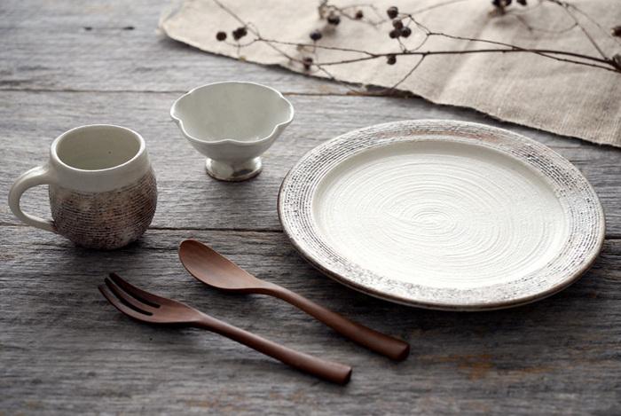 手仕事の温もりを感じる素朴な風合いと、陶器ならではの優しい手触りが特徴の「信楽焼」。 良質な陶土を主原料として作られる信楽焼の器は、素材そのものの持ち味をいかしたシンプルで温かみのあるデザインも魅力です。 今回は日常使いの器として長く愛用したくなる信楽焼の素敵な器を、おしゃれなテーブルコーディネートとともにご紹介します。