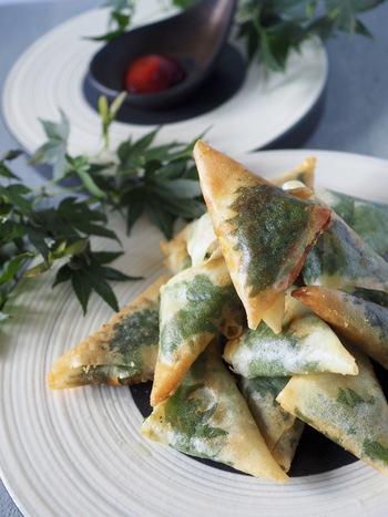 サバ缶とチーズと大葉で作る三角形が可愛い春巻きは、おつまみに最適な一品です。大人数が集まるおもてなしにも◎