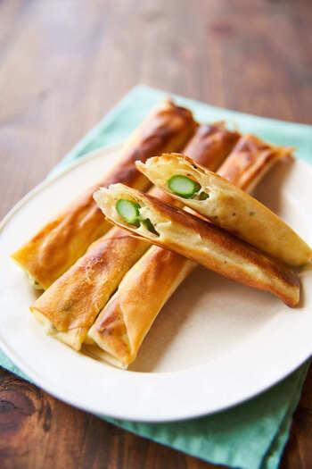 アスパラガスを丸ごと一本使って作る春巻きはチーズ入りでとってもおいしい!おつまみにもう一品欲しい時のお助けレシピです。