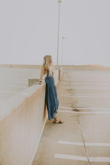 一人前のマダムとして扱われることが重視されるフランスでは、ファッションは美しくシンプルなものが好まれます。ベーシックなアイテムを上品に着こなし、自立した大人っぽい服装を目指しましょう。