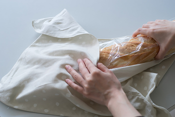 手ぬぐいの2辺を縫い合わせた「あずま袋」も旅のお供に便利。サブバッグとして使ったり、入浴グッズをまとめたり。使わないときはたたんでコンパクトになり、手拭きとして使用もでき大活躍します。