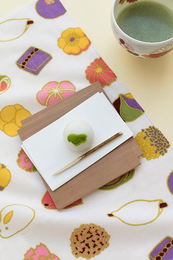 手ぬぐいはおもてなしにも◎和菓子と一緒に「和菓子柄」の手ぬぐいでお客様をお迎えしたら喜ばれそう。