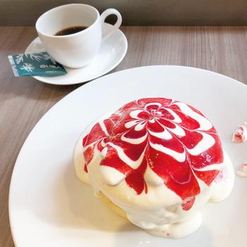 白い恋人に合うようオリジナルにブレンドされたコーヒーや、生地にクリームチーズと生クリームを使った口どけやわらかなパンケーキなどが人気です。