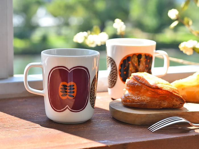 """「marimekko(マリメッコ)」から、2012年に発表された""""KOMPOTTI(コンポッティ)""""のマグカップです。ころんとしたフルーツがブラウンカラーで描かれ、ポップな印象。食洗器や電子レンジ、オーブンでの使用も可能なので、デイリーに活用できます。"""