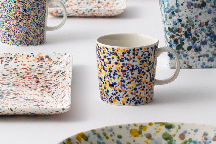 """2010年に、イッタラショップ銀座の2周年記念として、発売されたカラフルな限定マグカップ。そんなデザインを引き継いだ、スコープ別注の""""Helle(ヘレ)""""マグはブルーとターコイズのカラフルな2色展開で完成しました。絶妙なカラーリングとバランス感の芸術的なデザイン。テーブルの上に置くだけで、コーディネートを華やかに彩ってくれます。"""