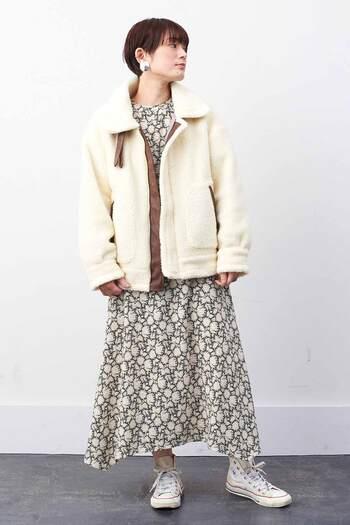 メンズライクなミリタリーのB-3ジャケットを、白のフェイクボアでフェミニンな印象に仕上げたアウターです。カジュアルにも女性らしくも着こなせるので、テイストを選ばずにさまざまなコーデに活用できます。