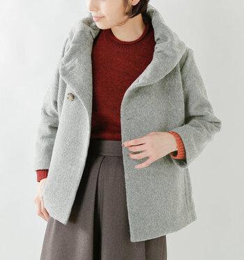 ウール素材で軽さと暖かさを備えつつ、立体的なショールカラーで首周りもしっかりと防寒してくれるグレーのショート丈コートです。ボリューム感があるように見えますが、ボタンを留めればスッキリとしたシルエットで、女性らしく着こなせます。