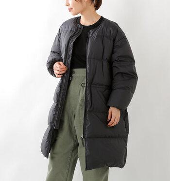 裾に向かってゆるく広がるAラインシルエットのダウンコートは、メンズライクコーデにも女性らしい着こなしにも合わせやすい一枚。日本唯一の羽毛素材メーカー・河田フェザーの羽毛を使用し、防寒性の高いアウター仕上げています。