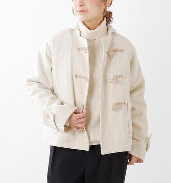 ショート丈のダッフルコートは、テイストを選ばずどんなコーデにもさっと羽織れる優秀アウターです。裏地には中綿入りで、暖かさをしっかりキープしてくれるのが魅力。ワイドパンツやロングスカートに合わせて、シンプルなコーディネートにも合わせやすいアイテムです。