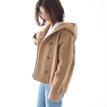 圧縮ウール素材を採用し、暖かさと軽さの両立を叶えたショート丈コート。丈は短めですがオーバーサイズのシルエットで作られているため、厚手のニットを着込んでも着ぶくれする心配がありません。