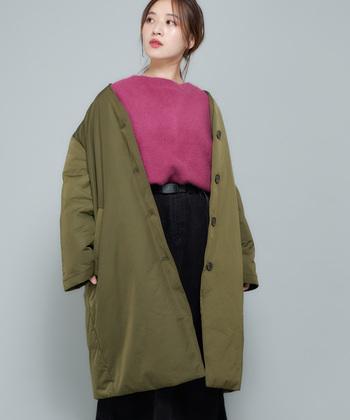 軽い着心地にこだわったノーカラーダウンコートは、重たい冬アウターが苦手という方にもおすすめのアイテム。ピンクなどフェミニンカラーのアイテムと合わせて、カーキのアウターを女性らしく着こなすのがおすすめです。
