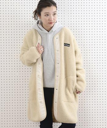 ロング丈のボアコートは、オフホワイトでナチュラルな印象。ゆったりサイズで着られるよう、余裕を持たせたサイズ感も◎。ボーイッシュなカジュアルコーデにも、女性らしいワンピーススタイルにも、馴染む万能アウターです。