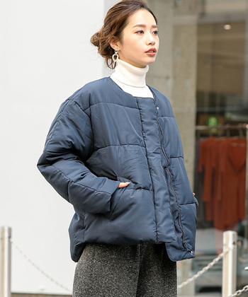 こちらのショート丈のノーカラーダウンコートは、大人女子がデイリーコーデに使いやすいようにと作られたアウターです。ハイネックを合わせて首元のワンポイントにしたり、あえて襟抜きして今っぽくスタイリングしてもサマになります。