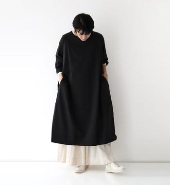 黒のワンピースに、白のワイドパンツをレイヤードした着こなし。モノトーンコーデでシックな印象を与えつつ、裾から覗くワイドパンツがフリルのようで、ナチュラルガーリーな雰囲気もプラスできるシンプルコーデです。