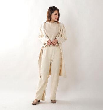 コーデュロイ素材の白リプワイドパンツは、全体を同系色で揃えたワントーンコーデに。足元のサイドに入ったスリットが、ナチュラルになり過ぎないフェミニンさをプラス。柔らかく女性らしいコーデに仕上げています。