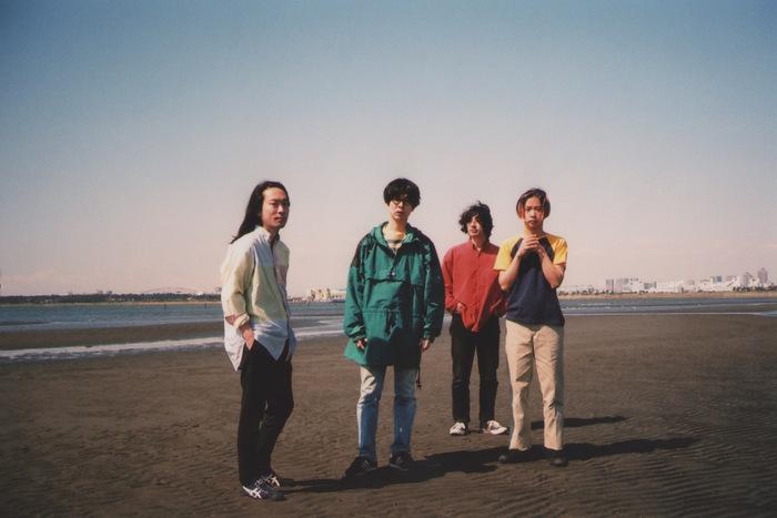 夏目知幸(Vo./Gt.)、菅原慎一(Vo./Gt.)、藤村頼正(Dr./Cho.)、大塚智之(Ba./Cho.)からなるギターポップバンド。2019年でデビュー10周年を迎え、現在は台湾、中国などアジア圏へも活動の場を広げています。