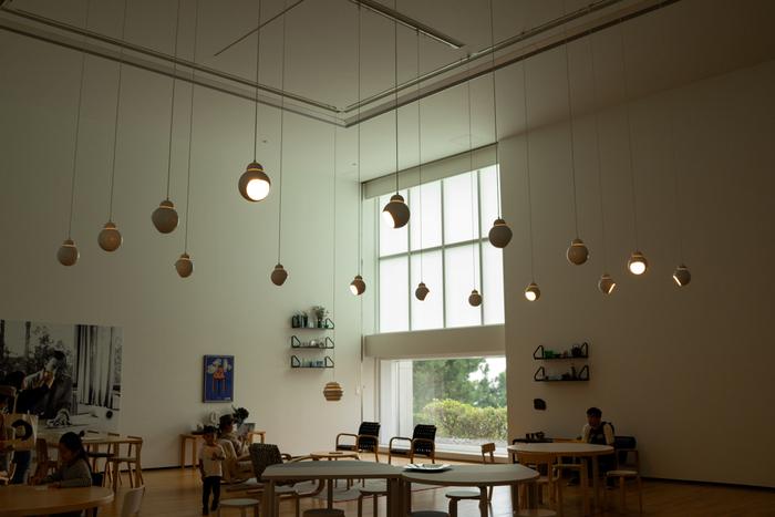 館内には、おしゃれなカフェ・レストラン、ミュージアムショップなど、たっぷり満喫できる施設がありますよ。思わず時間を忘れてほっこりしてしまうような空間です。