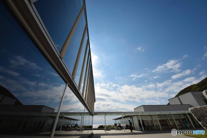 元々、鎌倉の鶴岡八幡宮境内に開館された「神奈川県立近代美術館」。2016年に鶴岡八幡宮境内の美術館は閉館し、場所を少々変えて、鎌倉と葉山の2箇所で運営されています。葉山にある「葉山館」は一色海岸と三ヶ岡山を見下ろすことのできる、海岸線沿いの最高な立地に佇んでいます。