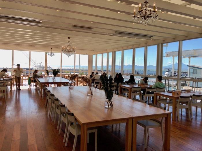 美しい景色を眺めながらお食事を楽しみことのできる、テラス席や窓側のお席は都内から2時間とは思えない絶景です。お天気が良ければ、江ノ島や富士山までも見ることができますよ。
