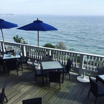 贅沢にも海を眺めながら、豪華なランチやディナーを堪能することができます。目の前に広がる葉山の絶景に思わず息を飲んでしまいます!
