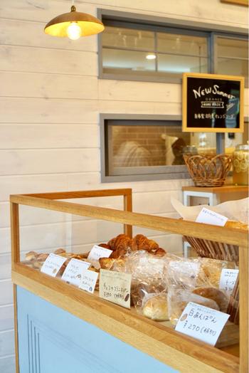 おしゃれな店内を覗くと、イートインスペースもあり、のんびりコーヒーやパンをいただくことができますよ。葉山セレブも御用達。ゆっくりとした時間が流れています。