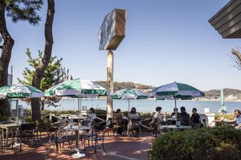 逗子を訪れる方の中では定番スポットである「なぎさ橋珈琲 逗子店」。海辺にあるおしゃれな空間です。