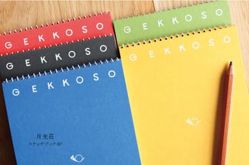 5色展開で紙の種類を選べるのも特徴。1cm間隔で薄い点がある「ウス点」、4色の紙が一度で楽しめる「イロ」、厚手の紙の「特アツ」の3種類。メモ帳にはウス点、イロがおすすめです。リーズナブルなのも嬉しいポイント。