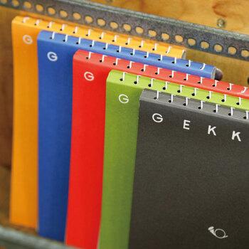 「月光荘画材店」のスケッチブックは、ロゴとホルンのマークだけのシンプルなデザイン。職人さんが1冊ずつコイルを綴じていて、リングか外に出すぎない丁寧なつくりになっています。メモ帳や日記、スクラップブックとしても使えて◎