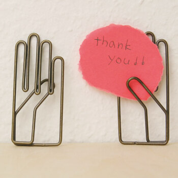 手のがユニークなその名も右手クリップ。紙がすっと挟みやすいように親指が他の指より反っていて、使う人を考えられたつくりになっています。メモを挟んだり、デスクに飾ったり…ユニークなクリップは持っているだけで気分もアップしそうですね。